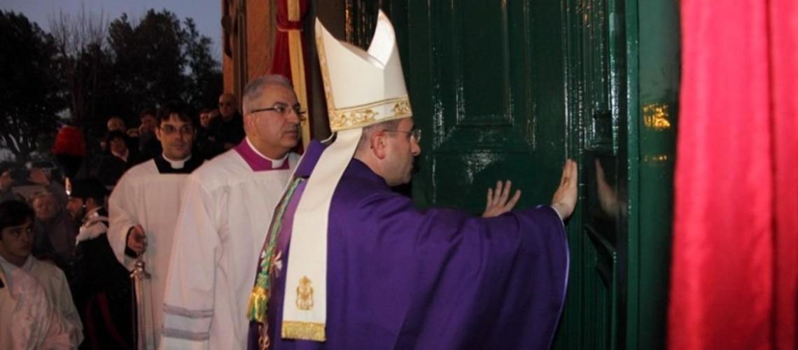 L'apertura della Porta Santa in Cattedrale da parte del vescovo Andrea.